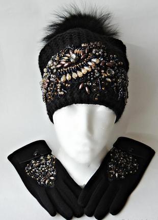 Шикарная женская шапка со стразами и бусинами.