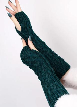 Длинные вязаные перчатки митенки без пальцев зеленого цвета