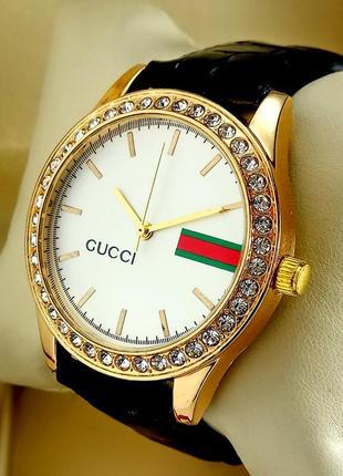 Женские кварцевые наручные часы Gucci на черном кожаном ремешке