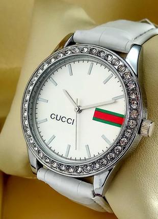 Женские кварцевые наручные часы на Gucci белом кожаном ремешке