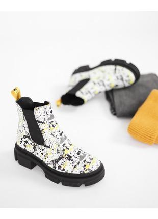 Яркие кожаные демисезонные ботинки с резинками челси на платформе
