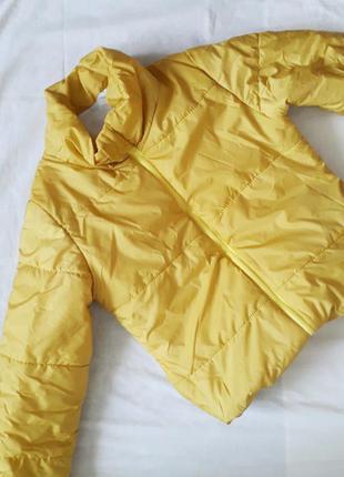 Яскрава жовта куртка дутик