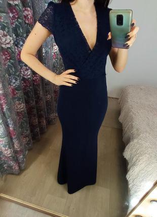 Синее платье в пол с кружевом на спине
