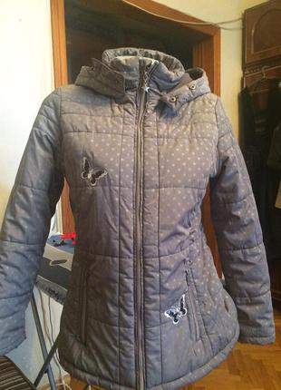 Стеганная куртка серая в горошек с капюшоном,от yigga topolino
