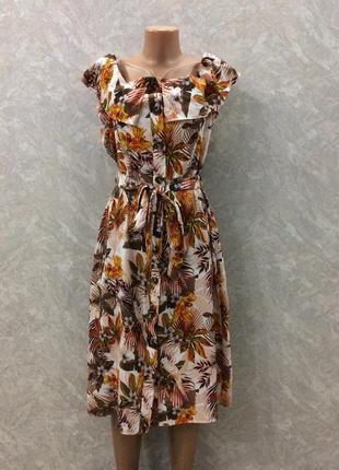 Платье на плечи в цветы на пуговицах