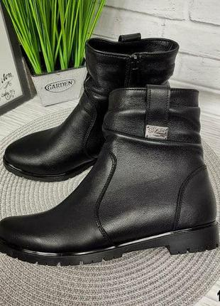 Женские кожаные ботинки без каблука