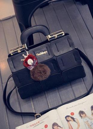 Стильная женская сумка с брелком