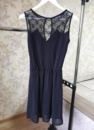 Черное платье с кружевом promod