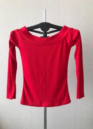 Стильная трикотажная насыщенно-красная кофта с открытыми плечами