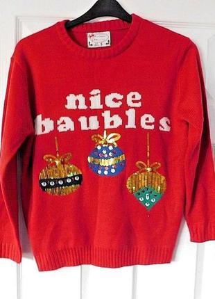Красный новогодний свитер звенящий с колокольчиками рождествен...