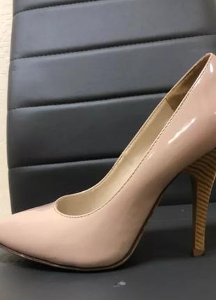 Бежевые классические туфли на каблуке