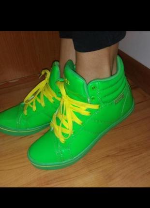 Яркие модные кроссовки