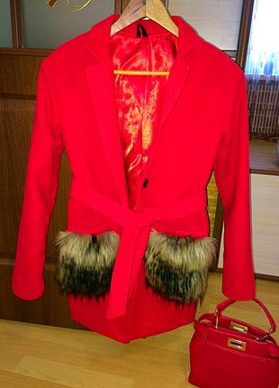 Очень стильное и крутое ярко красное пальто с меховыми кармана...