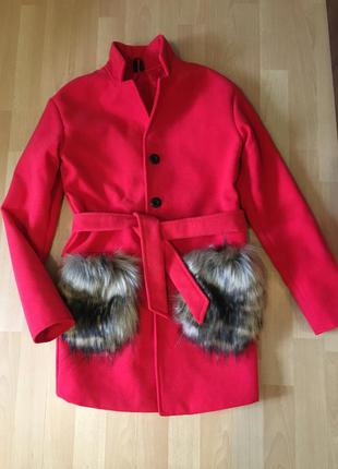 Яркое эффектное пальто тренч кардиган с меховыми карманами и п...