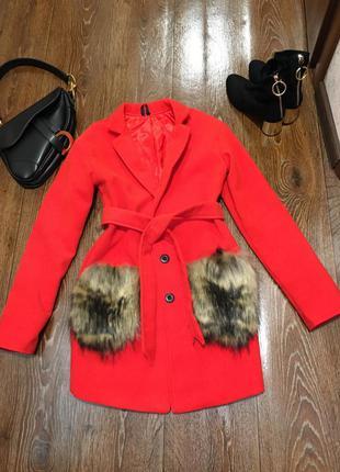 Sale! стильное и крутое ярко красное пальто с меховыми кармана...