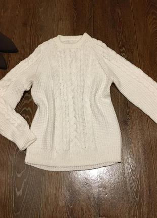 Стильный вязаный белоснежный свитер в косы