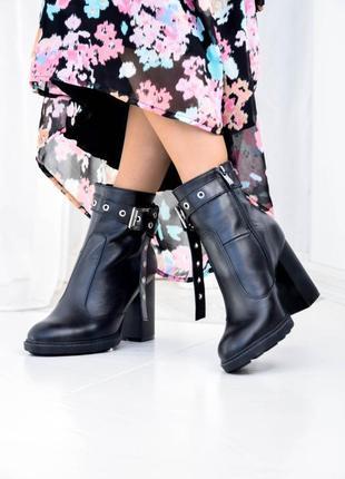 Кожаные женские ботинки на каблуке