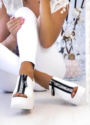 Белые женские босоножки на платформе