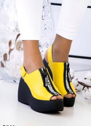 Жёлтые женские босоножки на платформе