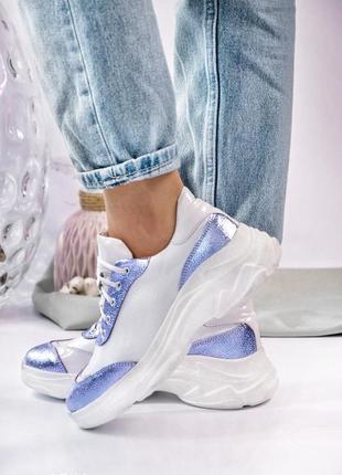 Женские кожаные кроссовки цвет белый с фиолетовыми вставками