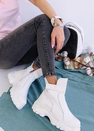 Женские белые кожаные ботинки зимние
