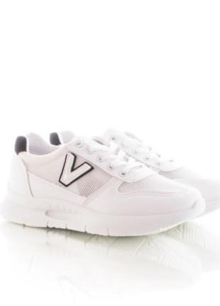 Женские кроссовки белого цвета
