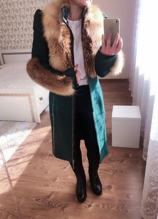 Крутое тёплое пальто изумрудного цвета с натуральным мехом