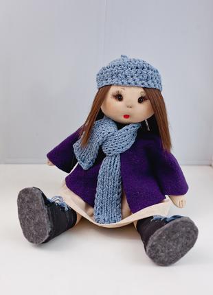 Тряпичная кукла ручной работы в пальто и шапке