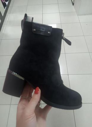 Зимние ботинки на мехуна каблуке