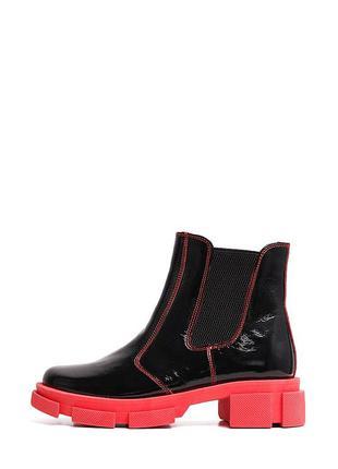 Черные лаковые ботинки на красной подошве