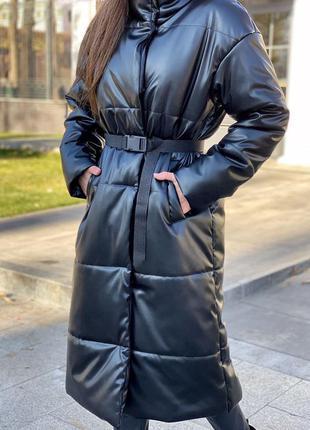 Теплое женское пальто-пуховик из эко-кожы с поясом и карманамы...