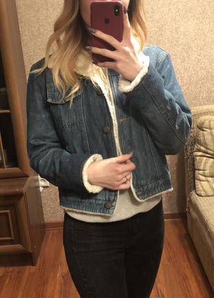 Укороченная джинсовая куртка с мехом шерпа как levis