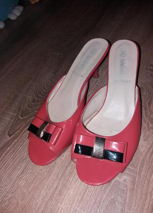 Лаковые шлепанци/туфли на каблуке