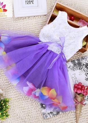 Трендовое платье с лепестками роз