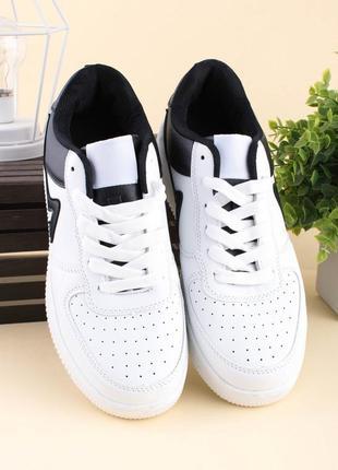 Мужские черно-белые кроссовки из эко-кожи на шнуровке