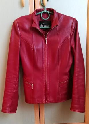 Кожаная темно-красная куртка.