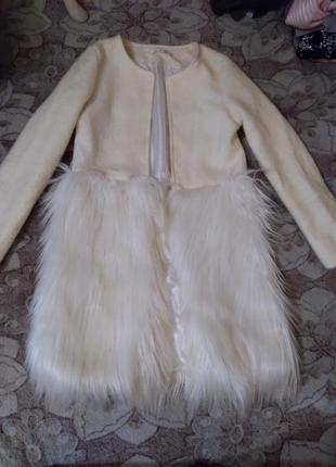 Пальто с мехом под перья страуса