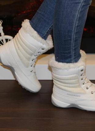 Зимние женские ботинки. белые