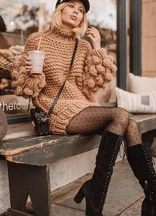 Ультрамодный свитер крупной вязки.