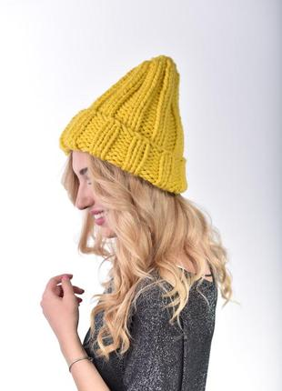 Классическая женская шапка крупной вязки в цвете горчица.