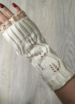 Белые перчатки - митенки с кружевом.