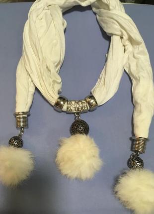 Белый шарф с мехом