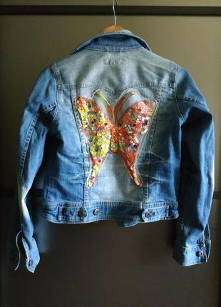 Джинсовая куртка с рисунком с пайетками