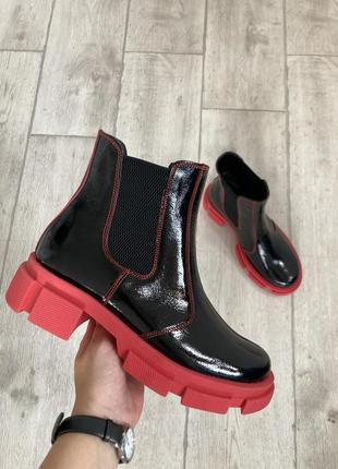 Лаковые демисезонные ботинки челси на платформе