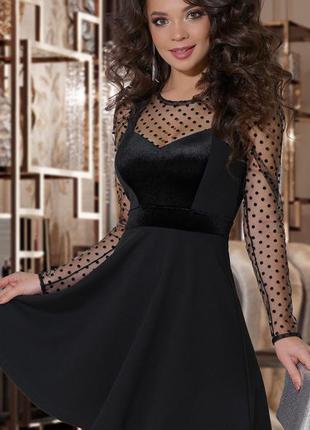 Красивое вечернее платье отделано бархатом и сеткой с бархатны...
