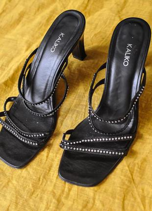 Шлепки на каблуке с тонкими перемычками и стразами
