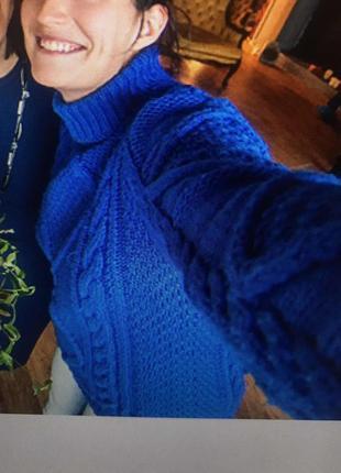 Синий вязанный с косами свитер