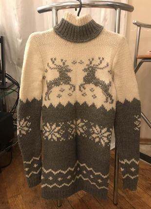Бело серый вязанный свитер с оленями