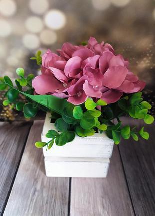 Декоративный букет искуственных цветов в вазоне