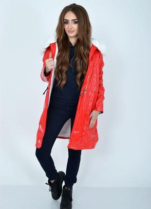 Демисезонная женская куртка из латекса с меховой подкладкой